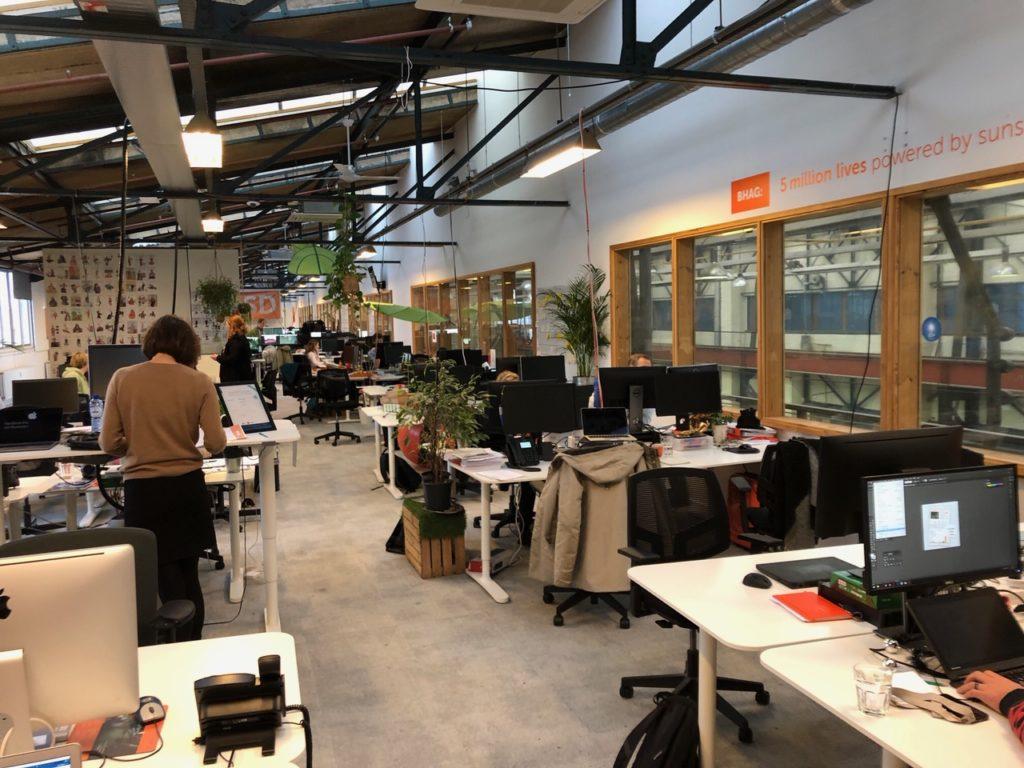 Roebyem Anders, Sungevity, staat aan haar bureau te werken. De plek waar ze bij binnenkomst met haar team in vergadering is.